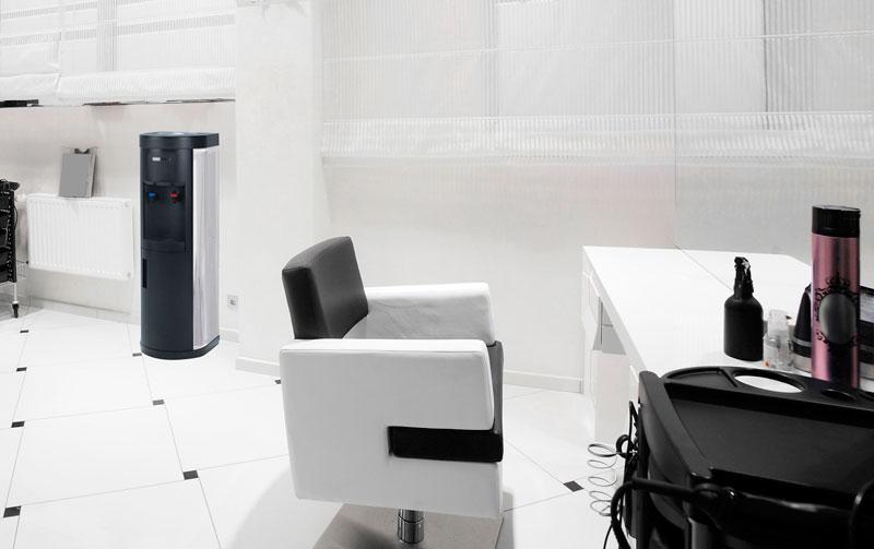 Imagen de un asiento de oficina junto a una de nuestras fuentes de agua